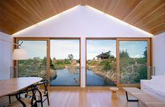 Salon d'une maison flottante au Canada