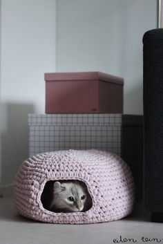 How to crochet a cat cave. I don't know how to crochet but I may learn just to make his cat cave Crochet Diy, Chat Crochet, Crochet Gratis, Crochet Home, Diy Crochet Cat Bed, Dog Crochet, Crochet Poncho, Double Crochet, Tshirt Garn