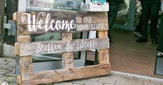 www.KreativOderPrimitiv.de DIY Hochzeit selber machen Palette Deko beschriften Acryl rustikal vintage malen Wilkommen Namensschild