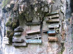Bestattung in Särgen an einer Felswand hängend