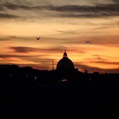 Meu #pordosol preferido! Assim chamo lugar de onde eu mais gosto de ver o por do sol aqui em #roma :) __________________________________________ Tenho sempre mostrado lá no #snapchat  @em_roma  ____________________________________________ #italia #italy #rome #snapchatbrasil #europe #europa #tramonto #sunset #basilicadisanpietro #vatican #viagens #travelling #traveltheworld #eurotrip #trastevere #dicasdeviagem #rooftop #verao #summer #estate2016