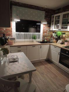 Aranżacja całkiem wygodnej i przestronnej kuchni o zdecydowanym charakterze. Mały stolik wyznacza strefę jadalnianą pod...