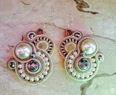 Orecchini in Perle di varia misura, pietre dure e perline.
