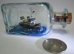 Bogserbåten 'Vita Björn' i en miniatyrflaska. En av alla de olika flytetyg min bror Svante var skeppare på. Den drog timmer från Mälaren (!) upp till något sågverk längs Norrlandskusten.