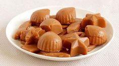 Aceste caramele nu vor fi exagerat de dulci și vor avea un gust plăcut de smântână. Puteți mânca câte vreți, nu vă veți sătura foarte usor!  Ingrediente:     30 g unt;   220 g zahăr;   220 g smântână.    Mod