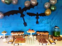 How to train your dragon party_decor. so simple and effective! Dragon Birthday Parties, Dragon Party, Birthday Party Themes, Birthday Ideas, 5th Birthday, Toothless Party, Dragon Baby Shower, Dragons, Party Time