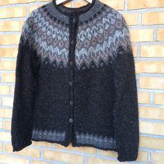 Riddari pattern by Védís Jónsdóttir Left Side Of Body, Hand Knitted Sweaters, Hand Knitting, Knit Crochet, Pandora, Sleeves, Pattern, Inspiration, Fashion
