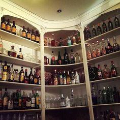 Comparte tus fotos del barrio con nosotros utilizando el #condeduquegente  Gracias @lamantequeria por compatir esta maravilla de foto  Feliz miércoles!! #condeduque #condeduquegente #lamantequeria #cocteleria #cocktails #plazadeespaña #plazaespaña #madridmola #madriddiferente #bottles #baresconencanto #Madrid #travel #viaje