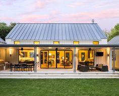 Extraordinary modern farmhouse in rural Texas by Olsen Studios (Step Design Exterior) Modern Farmhouse Design, Modern Farmhouse Exterior, Farmhouse Small, Rustic Farmhouse, Urban Farmhouse, Farmhouse Layout, Farmhouse Table, Farmhouse Interior, Farmhouse Architecture