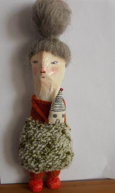 Ethel est une poupée fabriquée entièrement à partir de papier mâché. La robe est tricoté main dans un mélange de fils de shetland et de fils de