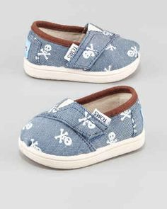 Toms Shoes OFF!> Baby boy TOMS shoes > blue and white with a skull pattern. So adorable! Baby Toms, Baby Boy Fashion, Kids Fashion, Fashion Outfits, Fashion Spring, Fashion Fashion, Runway Fashion, Fashion Shoes, Fashion Trends