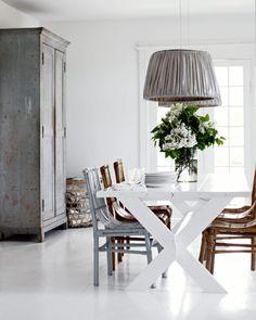 Esszimmer in Weiß und Grau by holly becker