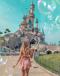 A trip to wonderland 🕊 have you ever been to Disneyland ? Who wants to go? Surprise to come soon on my account ♥️ . Disney World Fotos, Walt Disney World, Disney Dream, Disney Land Pictures, Voyage Disney, Disney Poses, Disney Parque, Disney Aesthetic, Foto Instagram