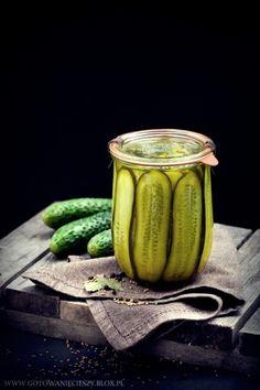 Przetworów ciąg dalszy :) Tym razem przepyszne ogórki kanapkowe. To mój ulubiony sposób na ogórki i idealny dodatek nie tylko do kanapek. Przygotowuje się je bardzo szybko (tak samo szybko, jak później znikają Cooking Tips, Cooking Recipes, Polish Recipes, Healthy Salads, Vegetable Recipes, Pickles, Cucumber, Food Photography, Food Porn