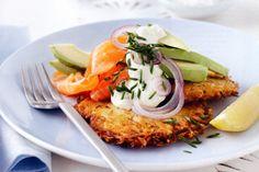 Lekker brunch recept voor in het weekend op basis van gerookte zalm met aardappel rösti, avocado en kurkuma.