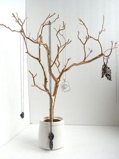 gold lackierter Zweig als Schmuckständer