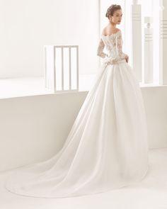 Narciso vestido de costura con cuerpo de encaje y falda de organza.