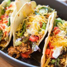 Außen hart, innen weich - so werden Tacos in Amerika serviert. Krosse Weizentortillas gefüllt mit Rinderhack, Cheddar, Salat, Tomaten und Sour Cream.