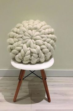 Diy Home Crafts, Diy Crafts For Kids, Big Pillows, Cushions, Knot Pillow, Arm Knitting, Cozy Blankets, Yarn Needle, Crochet Hooks