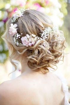 Acconciature da sposa boho chic - Raccolto alto con inserti floreali