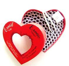Aşka heyecan katan erotik kalp kutusu  İlişkisine yeni heyecan arayanlar veya farklı bir boyut katmak isteyenler için tasarlanmış Erotik Kalp ile tanışmaya hazır mısınız? 100'den fazla erotik görev içeren Erotic Heart kutudan özel cımbızıyla bir görev seçin ve sevgilinizle tutklu bir oyunun tadını çıkarın.