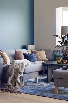 Bølgeskvulp FR1229, en nydelig dempet blågrønn farge som gir inntrykk av sommer og bølger. Fargen er varm og har et hint av grønt. Blå vegg og grå sofa haromerer lekkert sammen#Sofa#Isak#Møbelringen#Charles#teppe#Inhouse#Charles#puff#Light&Living#lamper#stue#hjørnesofa#vindu#stol#bord#gul#vase#L&L#glassvase#MR#glass#messinglykt#Broste#GlassArtMistyForest180x120#BølgeskvulpFR1229#velur#ullteppe#inspirasjon#inspiration#blue#grey#carpet#table#livingroom#Fargerike Ikea, Lounge, Couch, Lights, Living Room, Furniture, Inspiration, Home Decor, Chair