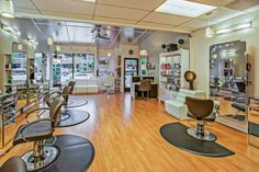 These days, beauty salon is everywhere. There are a lot of salons in the market that offers beauty services. With that said, in this post we're sharing some insights and tips to you in choosing your ideal beauty salon for your beauty makeovers. Interior Design Software, Best Interior Design, Interior Paint, Salon In Dubai, Looks Kylie Jenner, Salon Business, Business Hub, Best Spa, Manicure E Pedicure