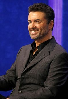 George Michael as I ❤️ him most: relaxed, well-dressed and smiling. And yet, a shadow lurks behind that smile