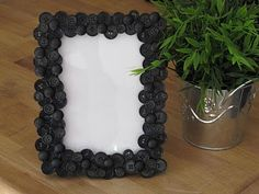 Button picture frame - piant underneath matching color so base doesn't show thru buttons Button Frames, Button Art, Black Button, Diy Arts And Crafts, Crafts For Kids, Craft Gifts, Diy Gifts, Cheap Picture Frames, Button Picture