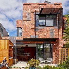 Check out this radical approach to the use of brick in this home designed by Phooey Architects. What do you think? www.phooey.com.au by besthousesaustralia