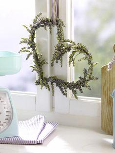 Floristendraht (vom Floristen o. Bastelladen)1 Bund LavendelBlumenbindedraht (Bastelladen)SchleifenbandSchere1. Floristendraht zu zwei