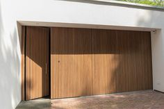 These kind of DIY suggestions can be really very easy to make look into to get more detailed Carport Garage, Wood Garage Doors, Garage Door Design, Bungalow, Dining Room Wall Art, Diy Hanging Shelves, Wood Cladding, Modern Farmhouse Exterior, Facade Architecture