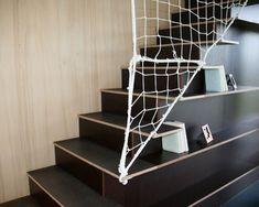L'escalier bibliothèque menant au premier étage