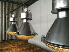 Oude fabriekslamp, opgeknapt en gepolijst. Geribbeld glas. Voor meer industriële verlichting www.burbri.nl