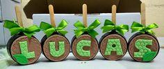 Pão de mel decorado Tema Dinossauros Die Dinos Baby, Baby Dino, Paletas Chocolate, Brownie Pops, Caramel Apples, Fondant, Dinosaur Birthday Party, Diy Boyfriend Gifts, Candy Bouquet