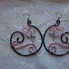 Boucles d'oreille n°52, bijoux en fil aluminium noir et rose                                                                                                                                                                                 Plus