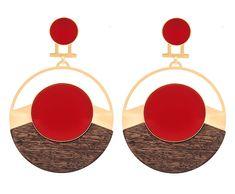 O brinco Lua Cheia tem versões com outras cores no acrílico, do vermelho aí da foto ao versão (R$ 699) da Juliana Jabour