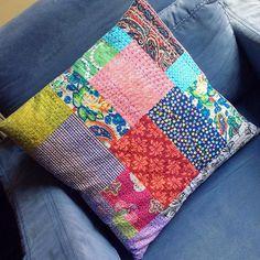 Mi primer #cojín de #retazos con #hilvan   . . . . . . . #sashiko #zakkastyle #zakka #patchwork #quilt #ricamo #embroidery #handembroidery #bordadoamao #bordadoamao #stitch #runningstitch #sashikostitching #kanthaquilt #kantha #sashikolove #calicofabric #