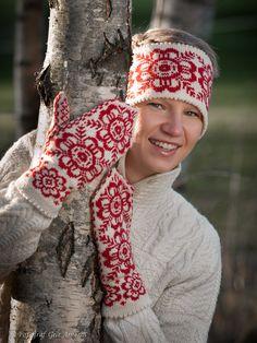 Votter og pannebånd i klassisk mønsterstrikk i rødt og hvitt – Tove Fevangs blog Knitted Mittens Pattern, Knit Mittens, Mitten Gloves, Knitting Designs, Knitting Patterns, Textile Art, Free Pattern, Knit Crochet, Projects To Try