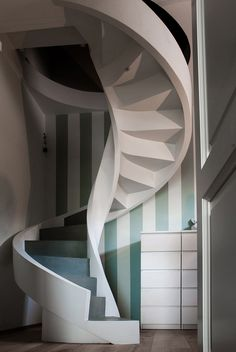 Outstanding 11 Fantastic Spiral Staircase Design Ideas For Your Home Interior Spiral stairs, who does not recognize and admire the shape of these stairs. The stairs, also commonly known as curved stairs, have a cylindrical shape. Style At Home, Modern Style Homes, Spiral Stairs Design, Staircase Design, Staircase Ideas, Porches, Modern Stairs, World Of Interiors, Stair Railing