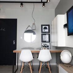 Apesar do ap ser mini, não abri mão do jantar, acho um dos ambientes mais importantes de um lar ☕️#home #decor #design #project #24metros #miniap #jantar #eames