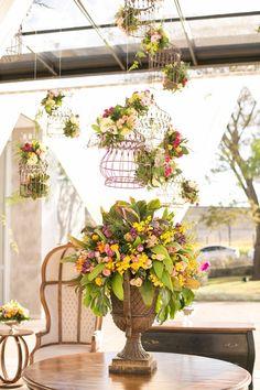 Decoração colorida: decoração aérea composta por gaiolas