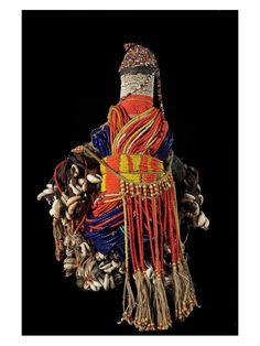 Au Cameroun, quand un jeune homme Fali se fiance, il fabrique une poupée en bois (ham pilu) et la décore de cheveux, de perles et de petits objets. Il la donne alors à sa fiancée, qui la porte dans un porte bébé dorsal. La poupée est le symbole de leur obligation de mariage et représente leur enfant à venir.