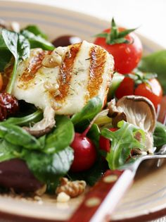An appetizing salad that can be served as a side dish, entree or buffet offering… Spinach Salad, Caprese Salad, Grilled Halloumi, Cooking Recipes, Healthy Recipes, Healthy Meals, Happy Foods, Greek Salad, Salad Bar