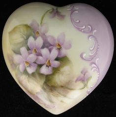 Lilac heart-shaped box with painted violets China Painting, Tole Painting, Ceramic Painting, Etiquette Vintage, China Porcelain, Painted Porcelain, Sweet Violets, Romantic Flowers, Pretty Box