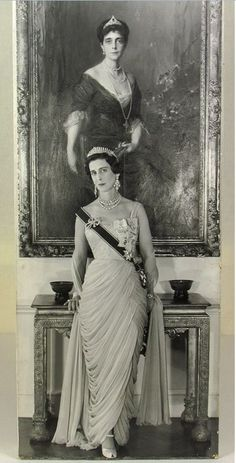 Princess Marina, Duchess of Kent photographed by Cecil Beaton standing in front of a portrait of her mother, Princess Nicholas of Greece and Denmark in Kensington Palace, November 1956 Reine Victoria, Queen Victoria, Princess Alexandra, Princess Diana, Kate Middleton Queen, Royal Monarchy, Greek Royalty, Elisabeth Ii, Royal Tiaras