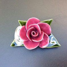 Een klein boeketje van ca 12 cm van blad tot blad met een enkel zalmkleurig roosje.