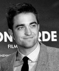 Robert Pattinson at the Berlin premiere of Breaking Dawn 2 Robert Pattinson Twilight, Robert Douglas, Jamie Campbell Bower, Kellan Lutz, Elizabeth Gillies, Edward Cullen, Young Actors, Celebrity Crush, Comic Con