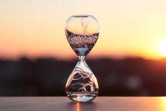 泡時計? 砂時計のようなカタチをしていますが、中に入っているのは砂ではなく「泡」。「awaglass」と名付けられたこのプロダクト、泡が下から上へとポコポコと昇っていく様子がなんとも面白い。  3分間?いえいえ時間はまちまち。数秒の場合もあれば、はたまた数分間ぽこぽこ続くことも。
