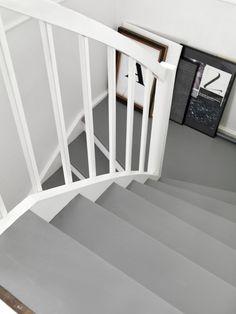 Bilder og farger for deg som skal innrede innendørs Painted Staircases, Painting Tile Floors, Hallway Inspiration, Colorful Interior Design, Basement Stairs, Bedroom Flooring, Home Look, Simple House, Stairways